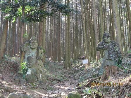 北登山口の仁王像