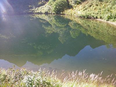 池に映った北尾根