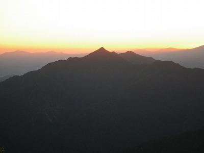 日の出前の荒沢岳