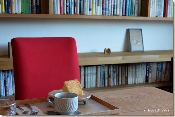 赤い椅子と本棚