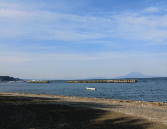 海岸から桜島と備蓄基地遠望