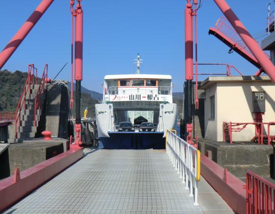 山川港フェリー到着