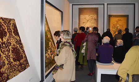 パリ日本文化会館で開かれた、皇室の養蚕を紹介する展示会を見学する来場者ら=18日