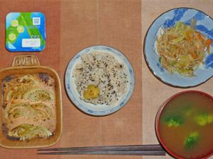 黒ご飯,もやしとキャベツのにんにく醤油炒め,玉葱のオーブン焼き,ブロッコリーのおみそ汁,ヨーグルト