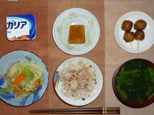 胚芽押麦入り五穀米,梅胡麻ふりかけ,肉野菜炒め,カボチャの煮物,つくね×2,ほうれん草のおみそ汁,ヨーグルト