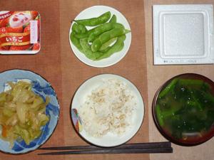 胚芽押麦入りご飯,野菜炒め,枝豆,納豆,ほうれん草のおみそ汁,ヨーグルト