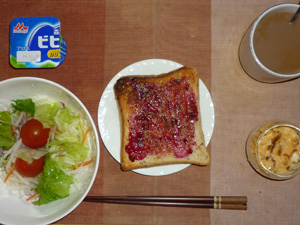 ブルーベリージャムトースト,サラダ,スクランブルエッグ,ヨーグルト,コーヒー