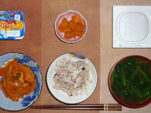 胚芽押麦入り五穀米,納豆,野菜のトマト塩麹煮込み,人参の煮物,ほうれん草のおみそ汁,ヨーグルト