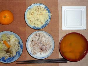 胚芽押麦入り五穀米,納豆,マッシュポテト,野菜炒め,人参のおみそ汁,みかん