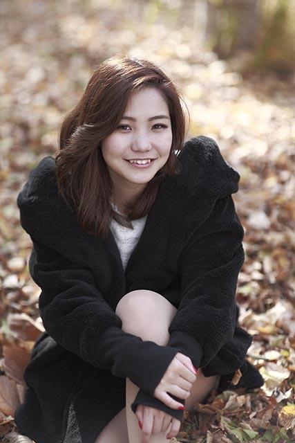 優里菜:枯葉に座る