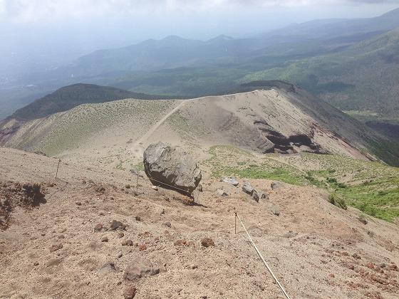 高千穂登山-18高千穂峰頂上から御鉢を見下ろす
