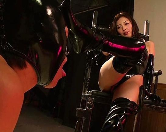 ボンテージ女王様が顔面をブーツで踏みつけ騎乗位着衣SEXの脚フェチDVD画像1