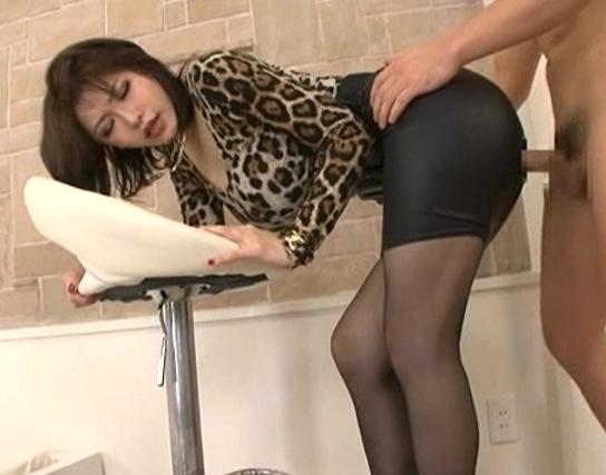 ムチムチ女にタイトスカートとパンストを穿かせたまま犯しまくるの脚フェチDVD画像5