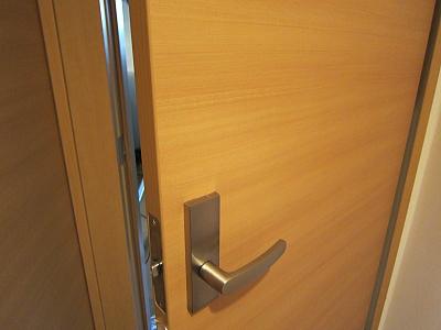 部屋のドアへ鍵の取付け