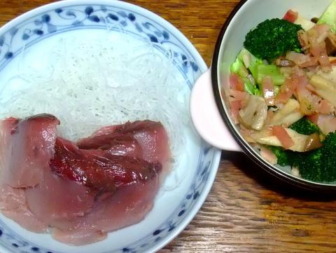 鰹の刺身とブロッコリーとエリンギのベーコン炒め
