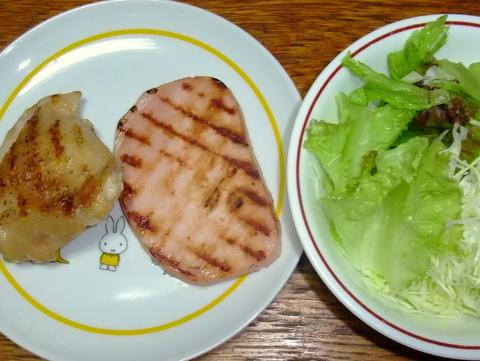 チキンのグリルとハムステーキ