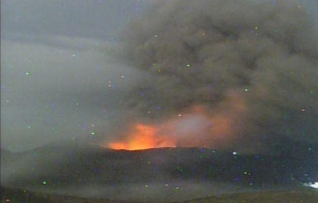 阿蘇山「ストロンボリ式噴火」 火口からマグマや噴石が今も続く