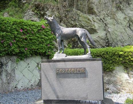 オオカミ像