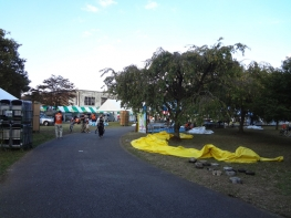公園で「多摩3市 うまいものフェア」が開催されていました
